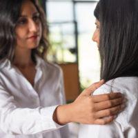 肩に手を置く人の心理とメッセージを読み取るコツについて